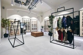 ea0753ba3a7 Dvojice pro streetwearovou firmu letos na jaře navrhovala rovněž obchod v  Brně.